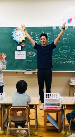 教室で子どもと笑っている風景